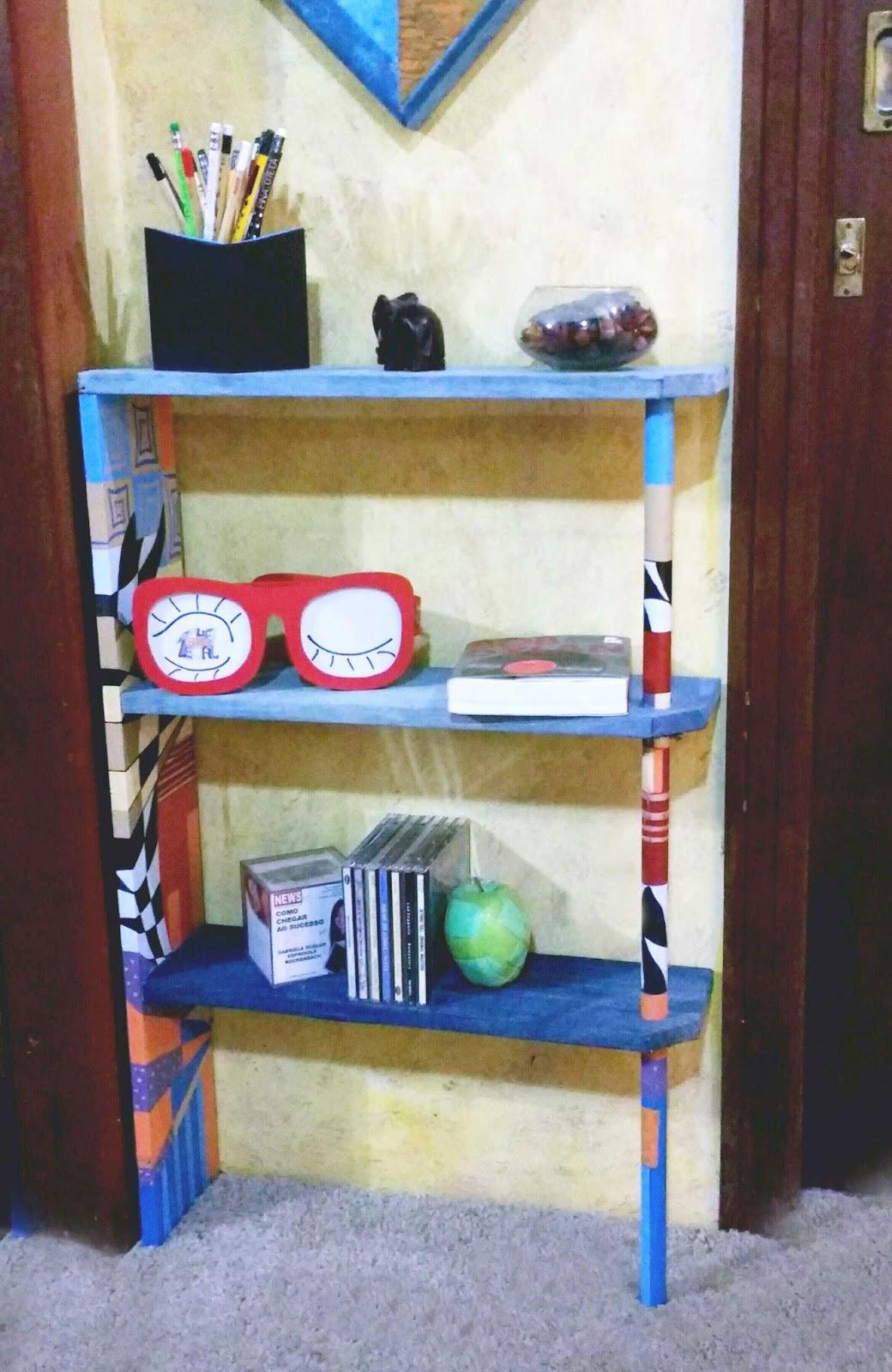 estante para corredor com prateleira forradas com jeans e pintura colorida