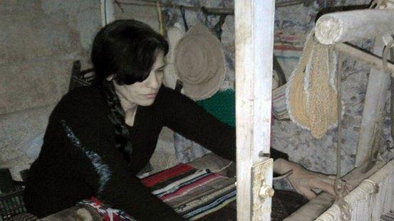 فائزة الصفدي من السويداء تعيد إحياء تراث الأجداد على نول قديم