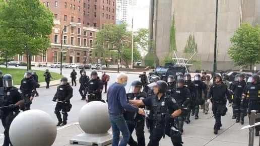 خطير وبالفيديو...شاهد لحظة دفع الشرطة الأمريكية رجل مسن وتركه ينزف
