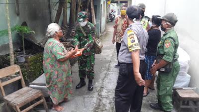 Sinergi TNI-Polri Bagikan Sembako ke Masyarakat Ditengah Wabah Corona