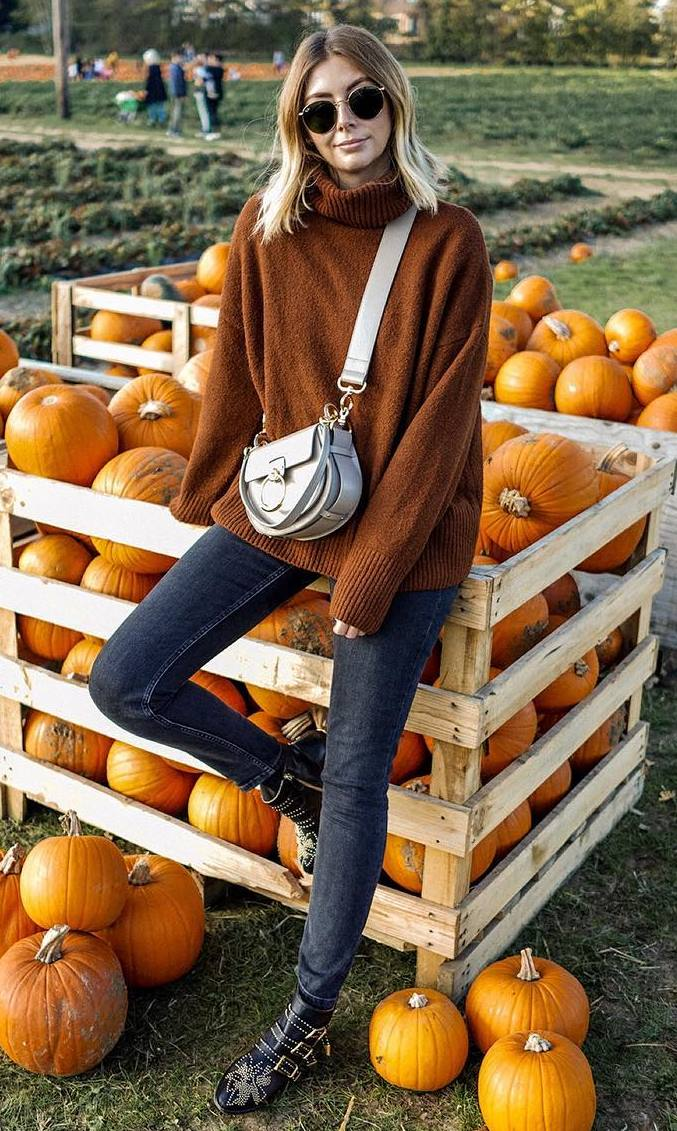 best fall outfit / brown sweater + grey crossbody bag + jeans + boots
