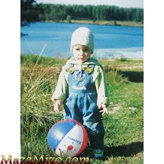 الينا بوز وهي صغيرة