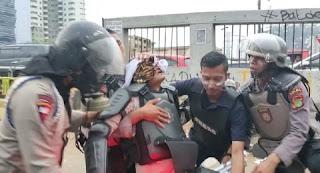 Lawan Anak STM yang Aksi, 1 Polisi Tumbang Keluarkan Darah