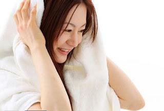 10 Kebiasaan Buruk yang Merusak Kesehatan Kulit dan Rambut