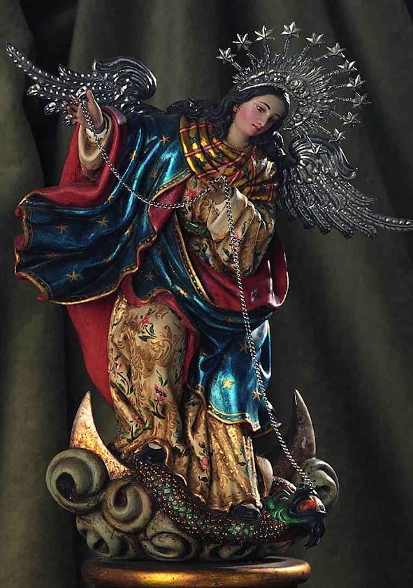 Nossa Senhora de Quito domina a serpente acorrentada, símbolo da luta no nossoi continente