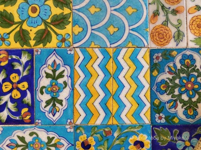 黄色と青が美しい屋上カフェのテーブルタイル