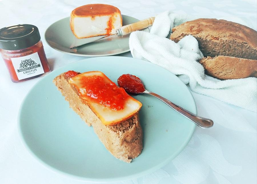 Pão de café e especiarias, com compota de pimento e picante