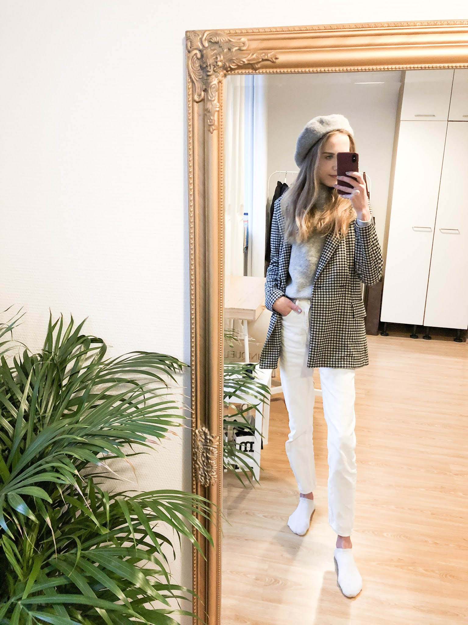 Ruutubleiseri, valkoiset farkut, harmaa neule ja harmaa bleiseri // Gingham blazer, white jeans, grey knit and grey beret