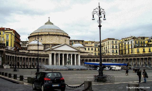Centro Histórico de Nápoles: a Piazza del Plebiscito e a Igreja de San Francesco di Paola