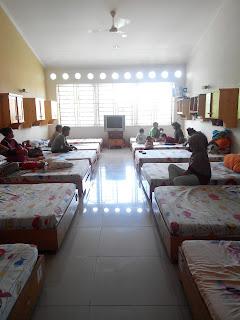 Para orangtua dan anak penderita kanker sedang beristirahat