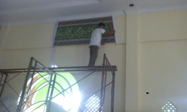 proses pemasangan kaligrafi digital