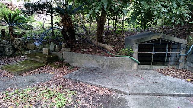 稲嶺農村公園向かいにある拝所とカーの写真