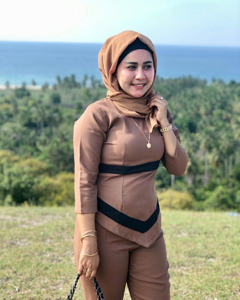 tante cantik pakai hijab dan baju kerja