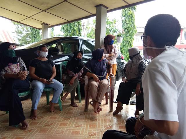 Puluhan Emak -Emak Desa Sri Dalam Gradak Rumah Dinas Camat Tanjung Raja
