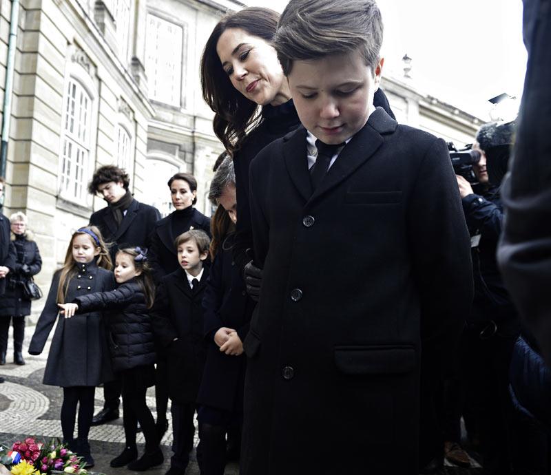 Margarita y Enrique de Dinamarca - Página 38 Henrik-entierro3-gtres-a