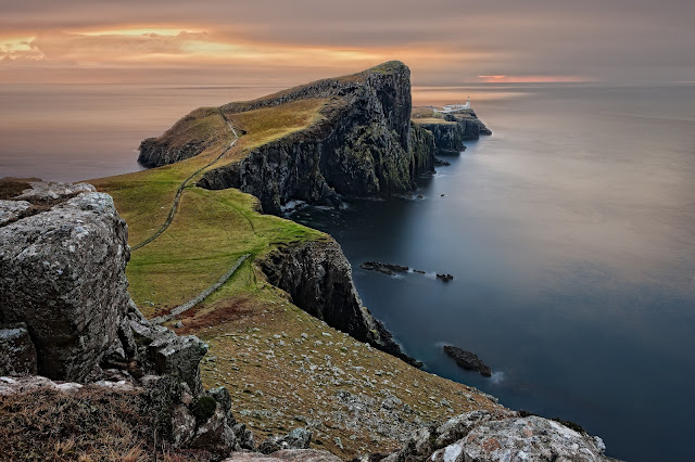 Faro de Neist Point en la isla de Skye (Escocia)