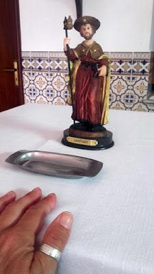 mão num altar com a imagem de Santiago