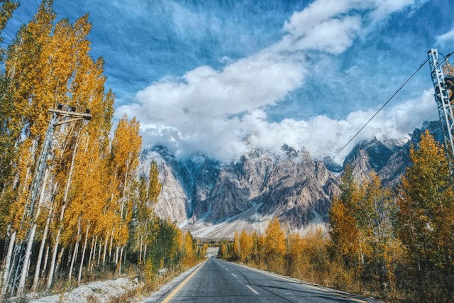 Pakistan's mountains are dyed yellow in the autumn weather