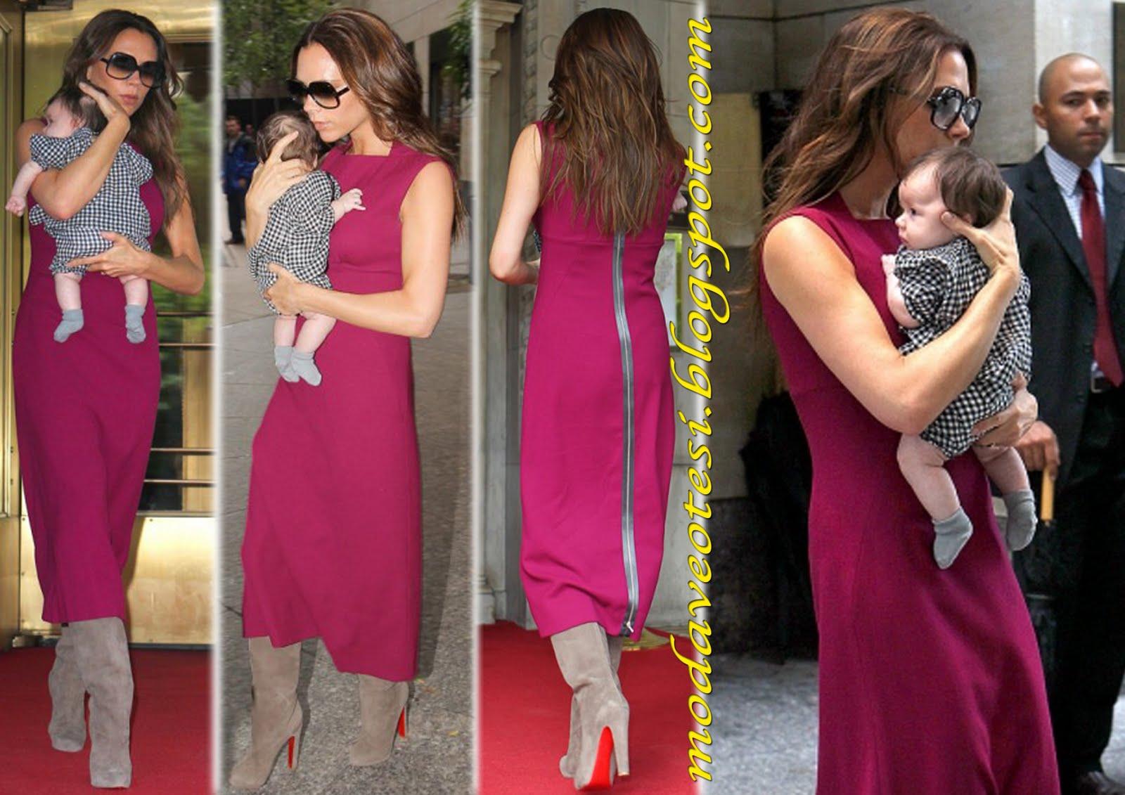 672992f88ae93 Victoria Beckham kendi tasarimi pembe elbisesi ve tas rengi Christian  Louboutin