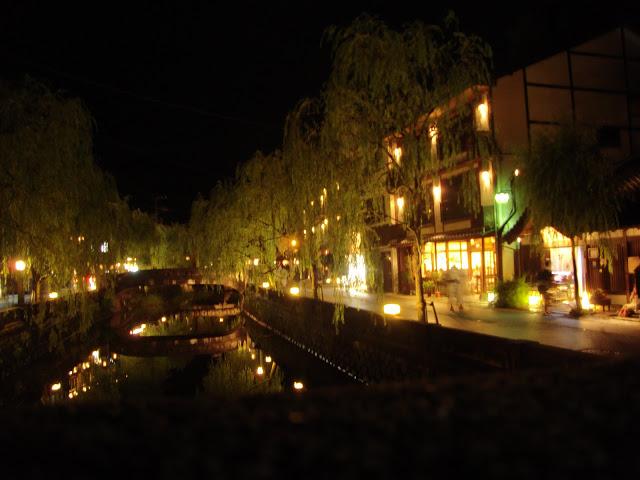le luci della cittadina che si riflettono nell'acqua