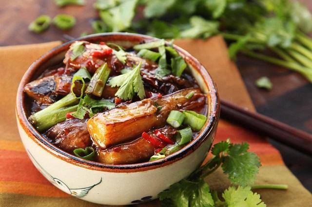 Mỳ Choushou trong bát, hành lá, rau mùi cắt khúc