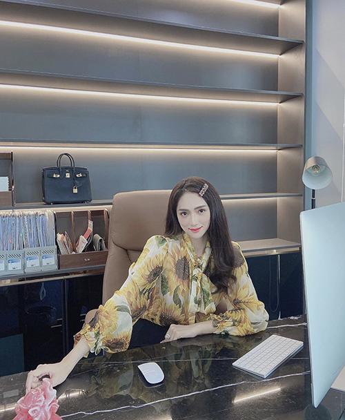 Cùng diện đồ công sở đẹp như Hương Giang