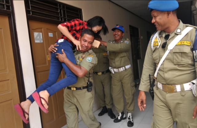 Heboh !! Satpol PP Di Tertawai TIM Nya Karena Mendapati Anaknya Sendiri Saat Razia Di Hotel