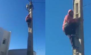 بالفيديو..محاولة انتحار معطل من أعلى عمود كهربائي أمام المديرية الاقليمية للتعليم   بتاونات بسبب الاقصاء