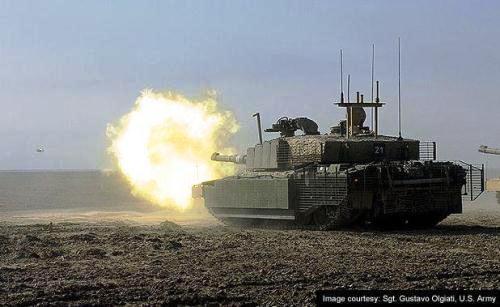 Tank Challenger 2 Angkatan Darat Inggris melakukan penembakan dalam latihan