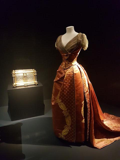 Charles Frederick Worth —Robe du soir en deux parties Paris, vers 1885Satin de soie à décor façonné, tulle de soie, broderies de fils métalliques et paillettes or