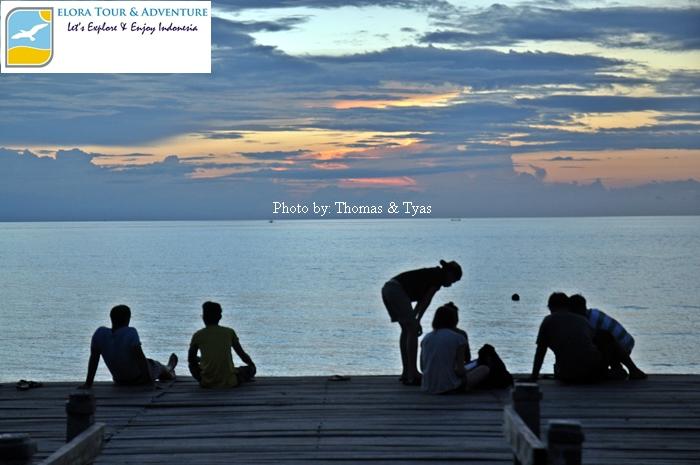 Menikmati Sunset di Dermaga Pantai Lovina Bali