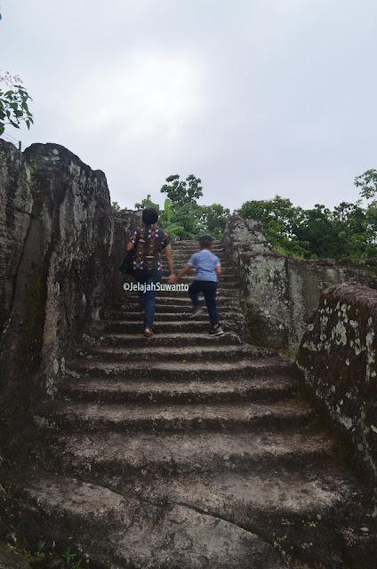 Tangga batu cadas Situs Ratu Boko ©JelajahSuwanto