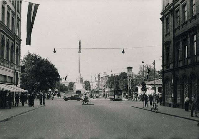 """1941 год. Rīga. Skats no Kaļķu ielas uz Brīvības bulvāri. Часы """"Лайма"""""""