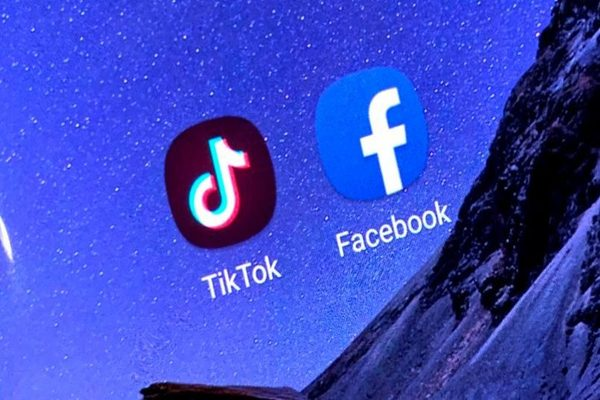 تطبيق TikTok يسعى لجذب موظفي فيسبوك