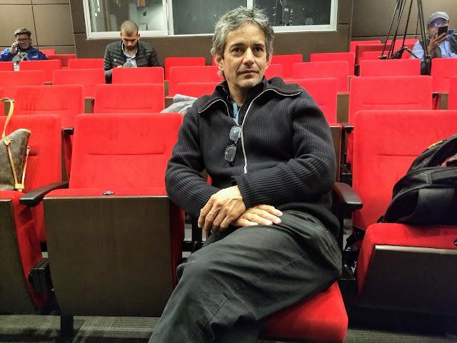 Juan Fischer, 25 años después de haber hecho parte del elenco de 'Bent', a órdenes de Gustavo Londoño, ahora como director de la nueva versión. Foto: La Pluma & La Herida