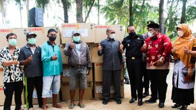 Wagub Serahkan 53 unit Mesin Tempel pada Nelayan Katapiang