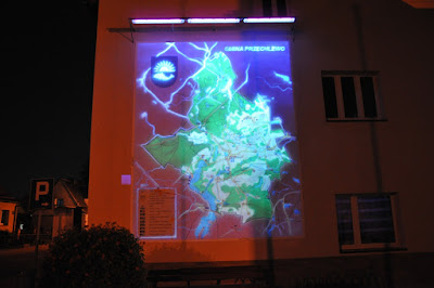 Malowanie mapy na elewacji zewnętrznej, obraz świecący w ciemności, mural UV