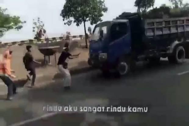 Pelajar Tertabrak Saat Bikin Konten Tiktok, Sopir Truk Kini Diburu Polisi