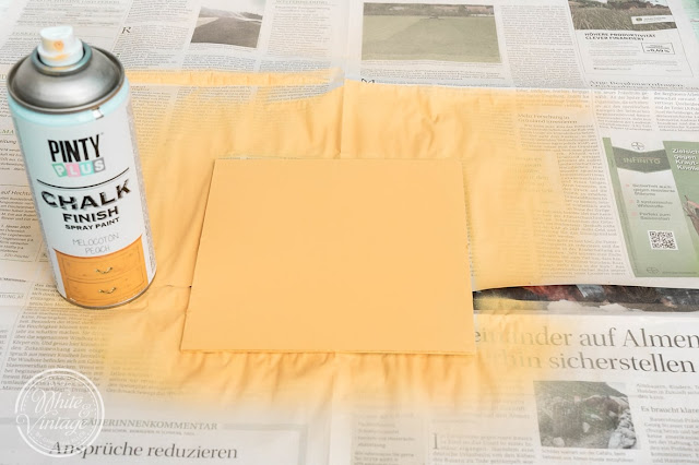 Bilder-Rückwand mit Kreidefarbe besprühen.