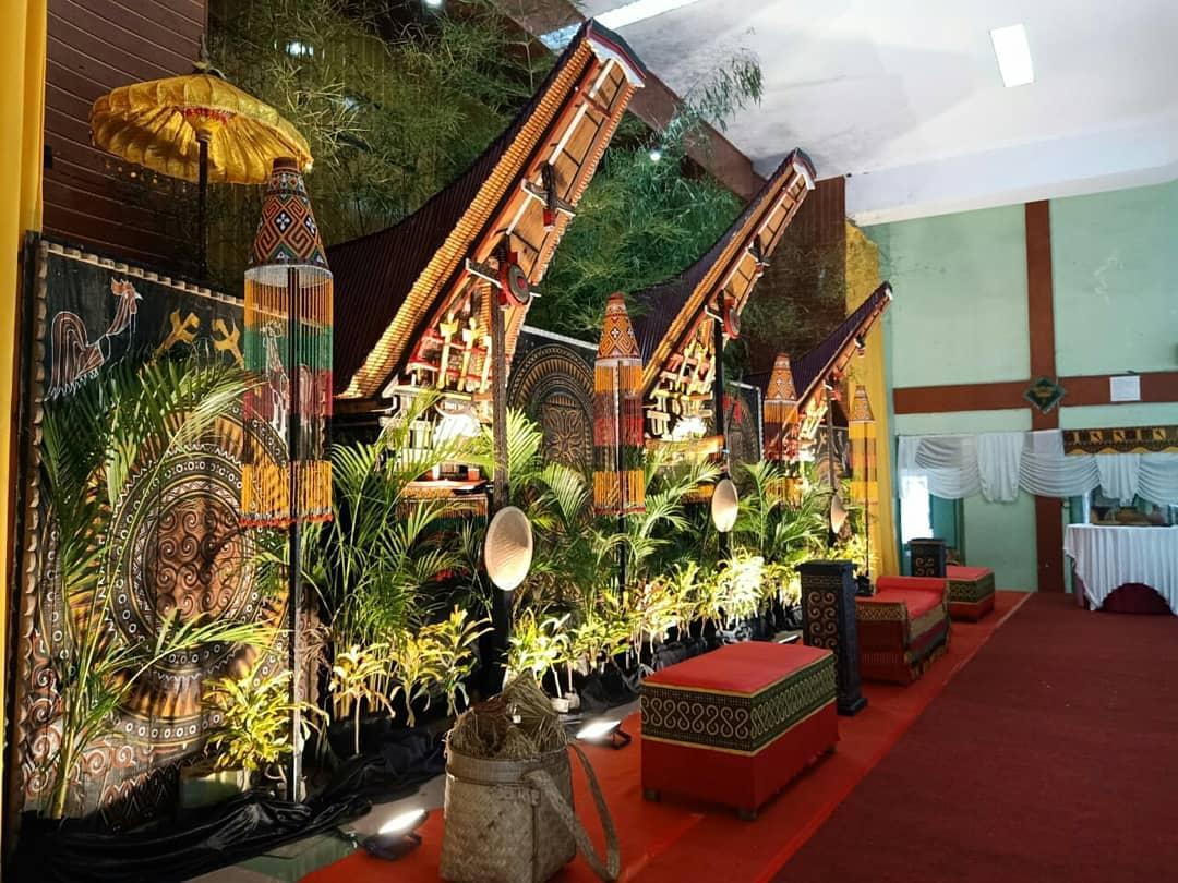 Dekorasi pelaminan Toraja indoor sederhana tapi mewah