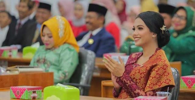 """Legislator PDIP Baubau Bantah Pesta Miras dan Peluk-pelukan, """"Hanya Berbincang sambil Berbisik dengan Rekan"""""""