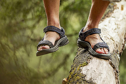 4 Alasan Mengapa Sandal Gunung Sangat Kuat dan Multifungsi
