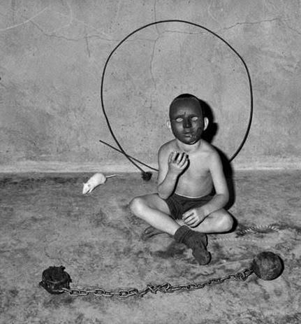 Deep Web, bambino, catene, maschera