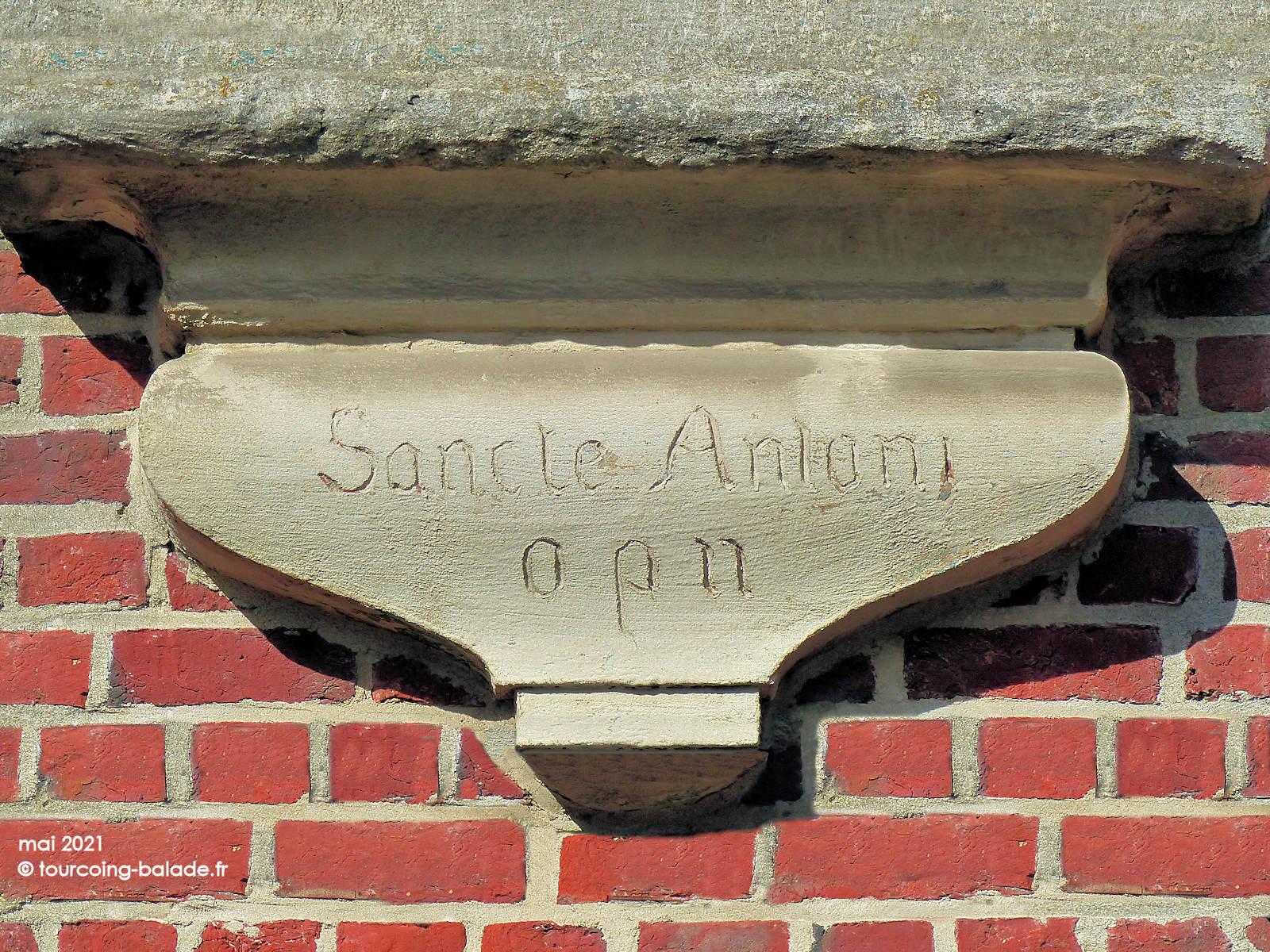 Inscription Sancte Antoni opn sur le socle de la niche murale