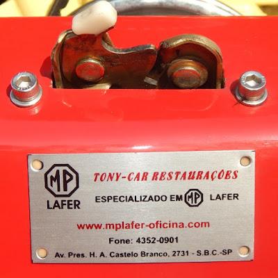 O detalhe próximo à trava da tampa do motor explica parte da beleza deste MP Lafer.