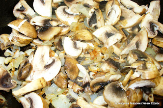 добавляем к луку грибы