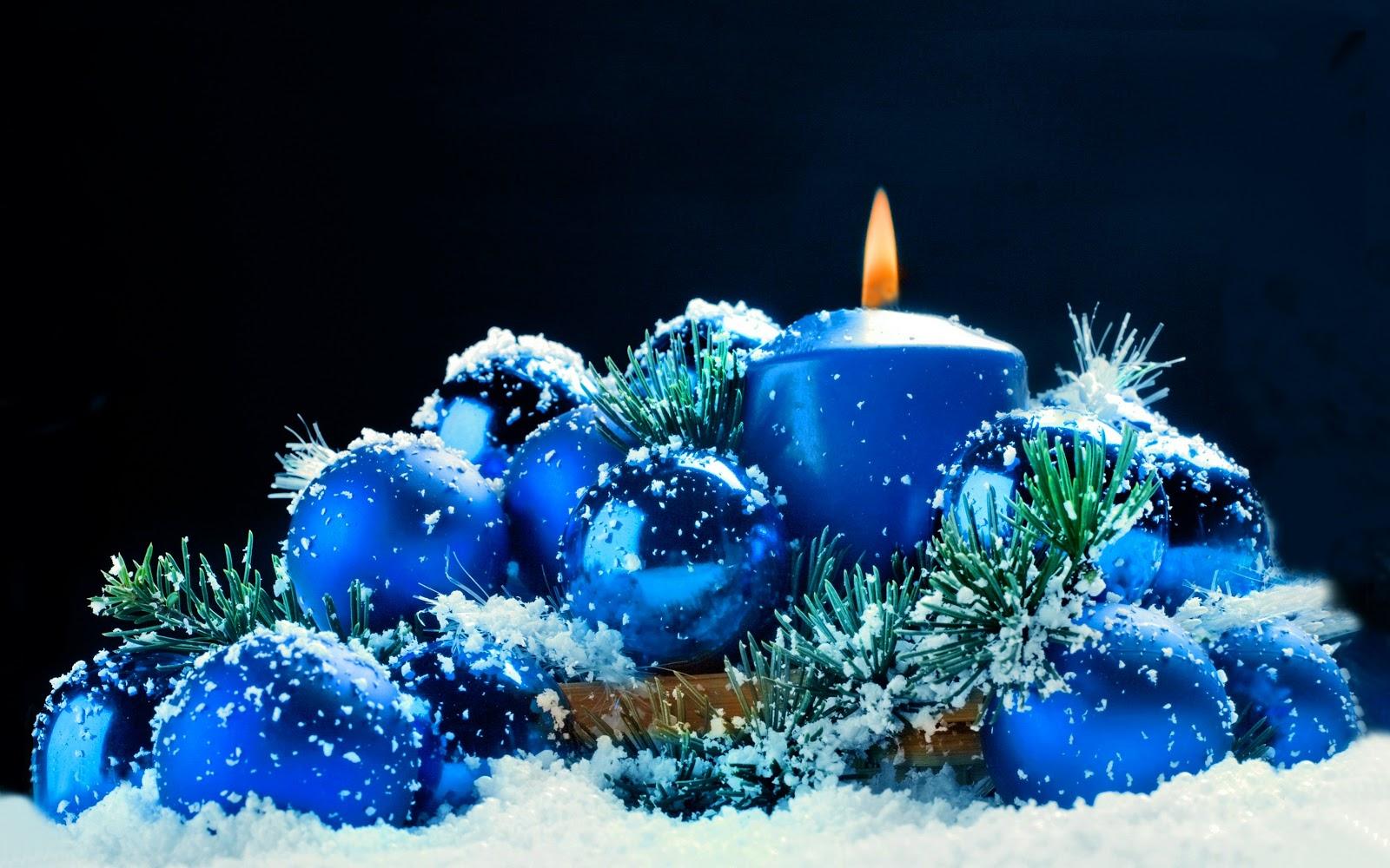 candela blu, palle di natale blu, sfondo nero