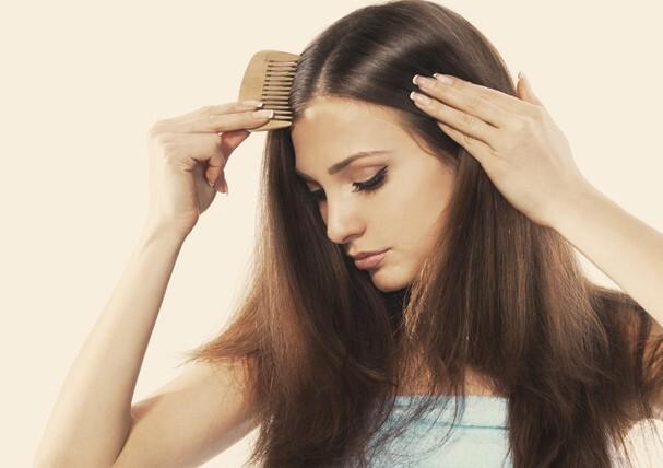 """Queda de cabelo é uma queixa frequente no consultório dermatológico. E ela tem se tornado ainda mais frequente nesse momento. """"O principal diagnóstico é o chamado Eflúvio Telógeno. Trata-se do encurtamento do ciclo de vida dos cabelos."""