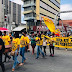 Feira de Santana: Com caixão, professores protestam contra prefeitura e alegam corte nos salários