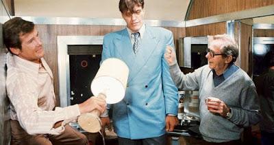 """Lewis Gilbert, Roger Moore und Richard Kiel bei Dreharbeiten zu """"Der Spion, der mich liebte"""""""